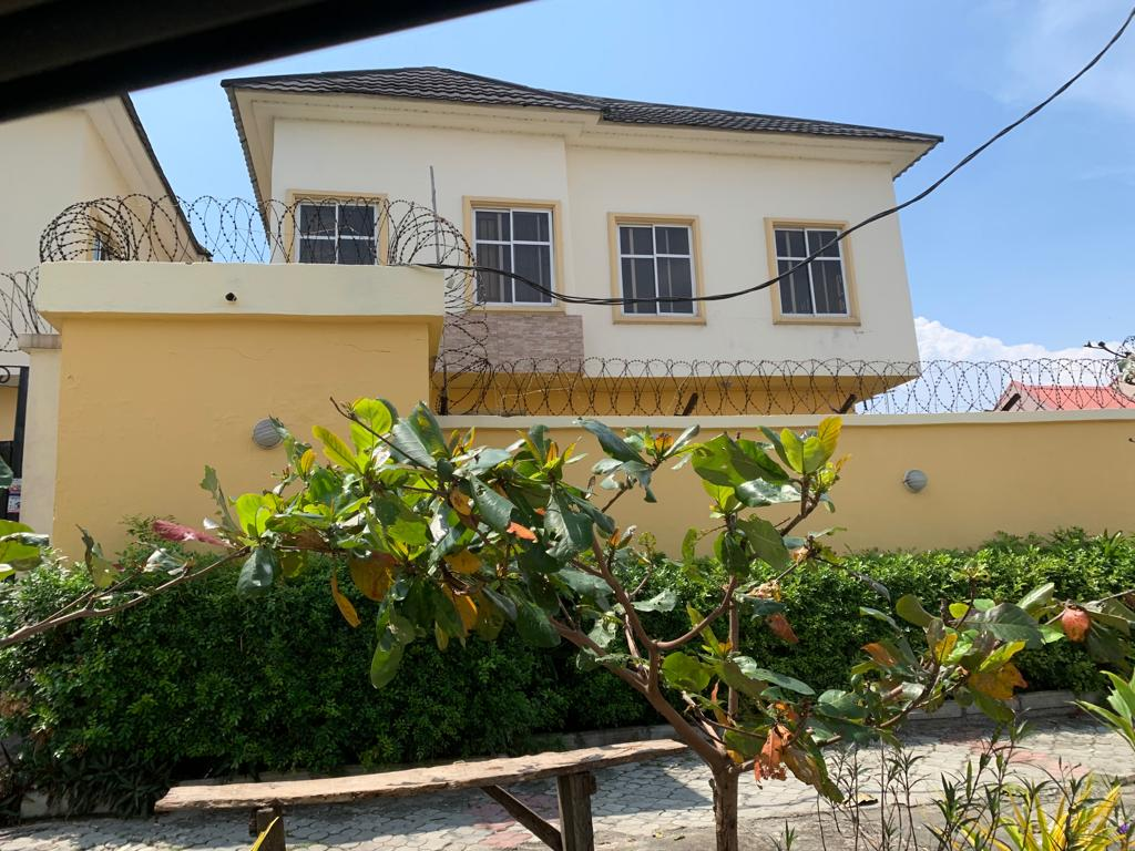 A cornier piece, solid and renovated 4 Bedroom detached duplex